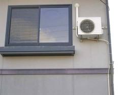 エアコン室外機かべ吊り(かべ掛け金具含む)(1階の壁)